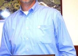 Sakata's Tye Anderson accepts 'Water Saving Hero' Award